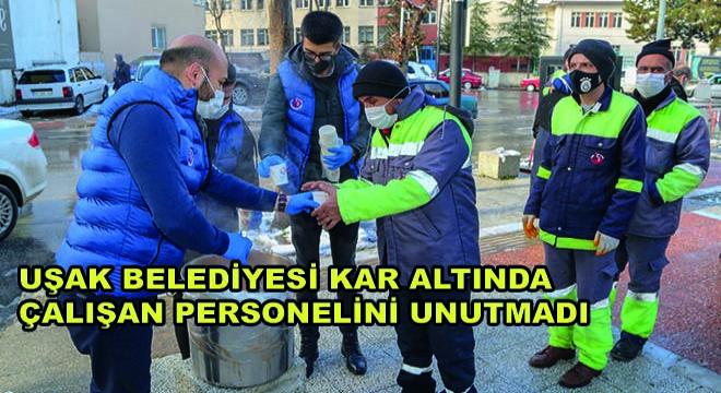 Uşak Belediyesi Kar Altında Çalışan Personelini Unutmadı